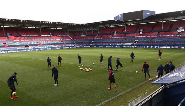 Imagen del estadio con los futbolistas del primer equipo durante un entrenamiento a puerta cerrada
