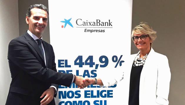 José Luis Larríu, director de Banca de Empresas de CaixaBank en Navarra, y Silvia Ezquerra, finalista navarra del Premio Mujer Empresaria.