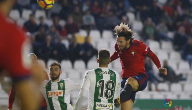 Xisco cabecea un balón durante el partido contra el Córdoba