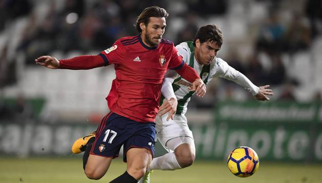 Xisco, perseguido por un jugador del Córdoba, consiguió ayer su cuarto gol en Liga. Su cabezado sumó tres puntos muy importantes.