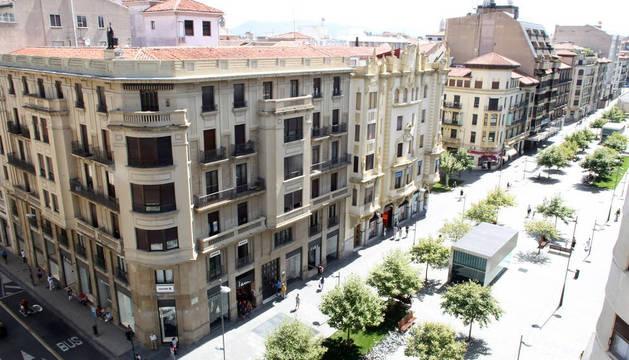 Vista general de archivo de la avenida de Carlos III, vía peatonal y comercial del II Ensanche pamplonés.