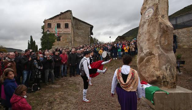 Imagen de los 'dantzaris' del grupo de Noáin Ardantzeta bailando un aurresku frente al nuevo monolito en honor a Xavier Mina.