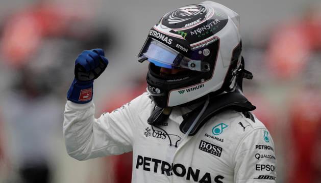 Valtteri Bottas celebra su primer puesto en la clasificación.