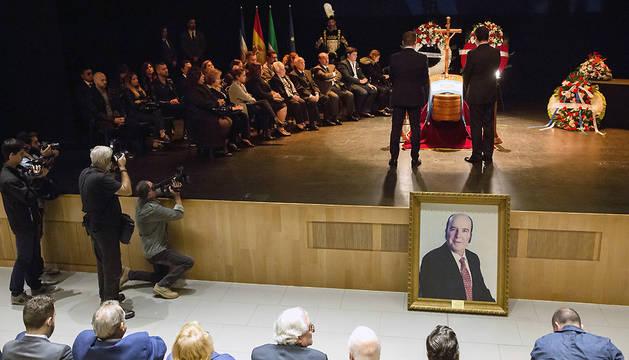 Familiares del humorista Chiquito de la Calzada velan sus restos mortales en la capilla ardiente instalada en el auditorio de la Diputación de Málaga.