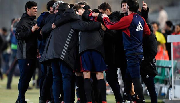 La piña de jugadores y técnicos, una señal del buen momento anímico que vive este vestuario que lidera Diego Martínez.