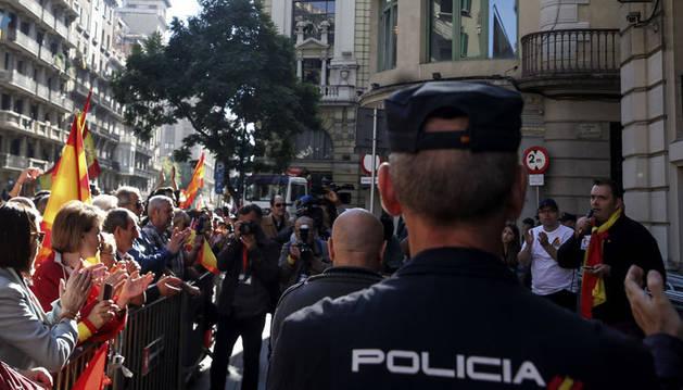 Imagen de un Policía Naconal, en la manifestación convocada por Societat Civil Catalana en Barcelona.