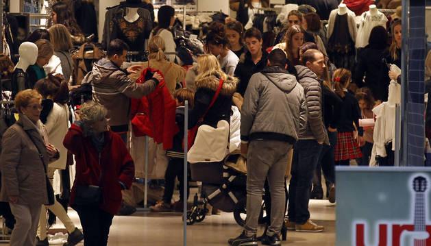 El 'Black Friday' bate récords cada año. Imagen del interior de un comercio en Pamplona el año pasado en la citada jornada.