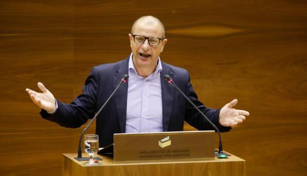 Carlos Gimeno en la tribuna del Parlamento de Navarra