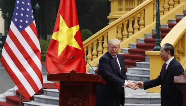 Donald Trump con el presidente de Vietnam en Hanoi