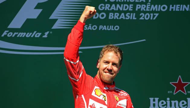 Sebastian Vettel celebra su triunfo en el Gran Premio de Brasil.