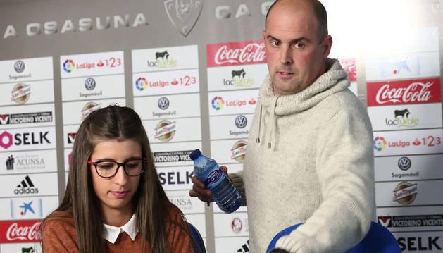 Imagen de Leyre Díez y Daniel Salinas, en su comparecencia de este lunes en el estadio de El Sadar.