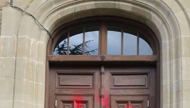 Los grafiteros centraron la mayor parte de sus pintadas en el patio del instituto sangüesino.