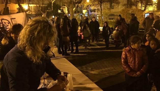 Reparto de chocolate durante el encendido del árbol de Navidad por la asociación de comerciantes.