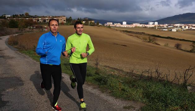 Carlos Gaspar y Carlos Pérez, dejando a su espalda Cizur Menor y Pamplona, en uno de sus entrenamientos semanales en los que suelen correr cerca de 9 kilómetros.