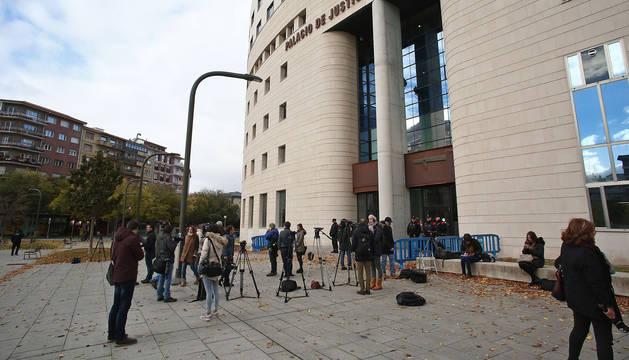 Medio centenar de profesionales de 30 medios de comunicación aguardaron las pocas novedades que iban surgiendo del juicio.