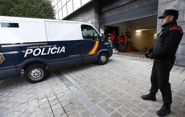El furgón que transporta a tres de los acusados (otro dos iban detrás, en un coche) entra en el garaje del Palacio de Justicia de Pamplona.