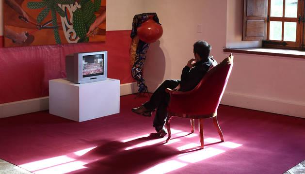 Habilitado como una salita cómoda y acogedora en la parte final de la exposición se presenta una de las videocreaciones sobre los procesos naturales