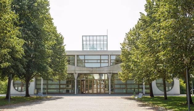 El edificio de decanato en el campus de la UPNA
