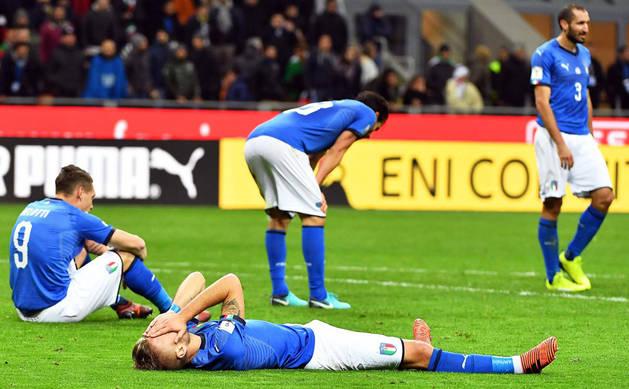 Imagen de los jugadores de Italia mostrando su abatimiento durante la eliminatoria de clasificación para el Mundial de 2018.
