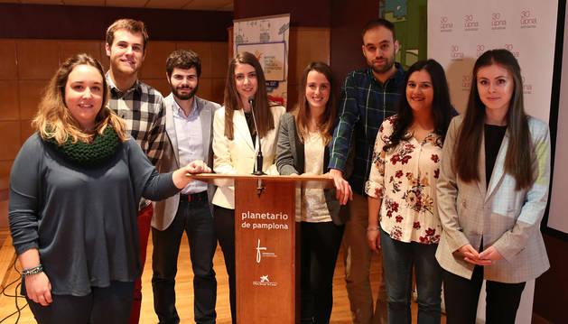 Desde la izquierda: Itziar Uzqueda, Alejandro González, Íñigo Olcoz, Silvia de Miguel, Leyre Catalán,Óscar Herrero, Irene Beiste y Paula Goñi. El certamen se celebró en el Planetario de Pamplona.