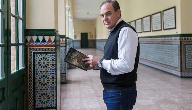 El escritor cadreitano Jesús Nieva Ozcoz posa con su nueva novela en el claustro del colegio San Francisco Javier (Jesuitas) de Tudela, centro del que es profesor.