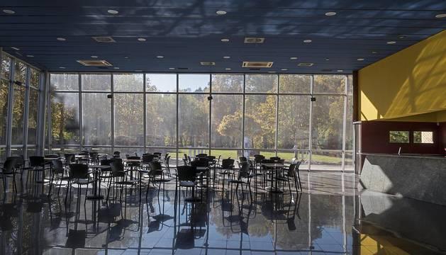 Interior de la cafetería del centro cultural Los Llanos, con vista al parque desde sus cristaleras.