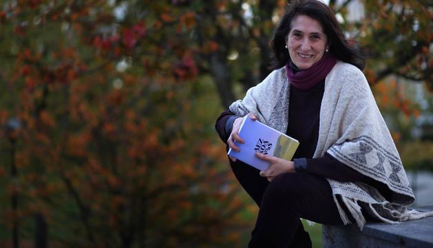 Begoña Munarriz Guezala posa en Pamplona con su libro centrado en Aezkoa.