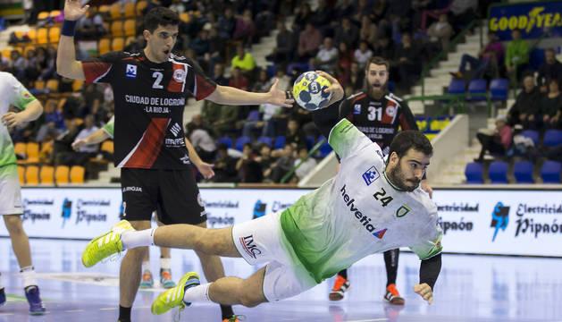 El pivote Ander Ugarte se eleva para lanzar ante la mirada de Sánchez-Migallón y Del Arco en el choque con el Logroño.