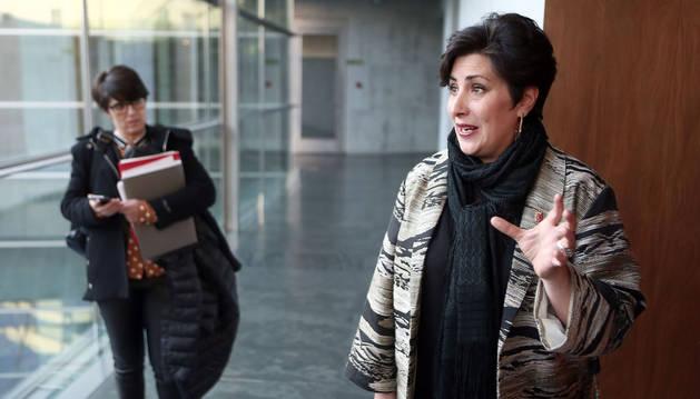 Marijo Deogracias (jefa de gabinete) y la consejera de Educación, María Solana, a su llegada al Parlamento.