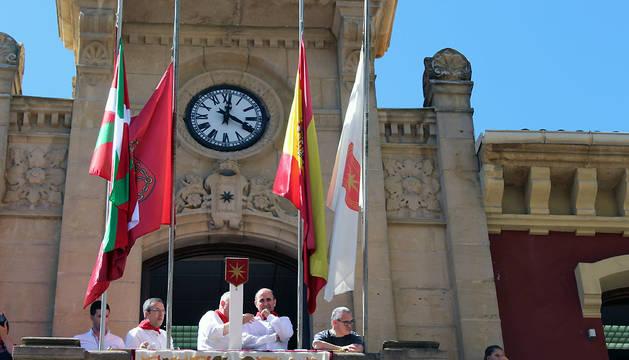 La ikurriña, junto a las banderas oficiales de Navarra, España y Estella, tras lanzarse el cohete de fiestas de Estella 2017.