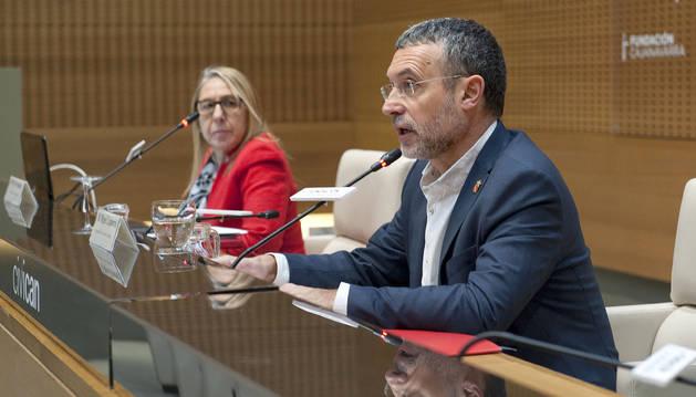 El vicepresidente Laparra y, en segundo plano, la directora gerente del Servicio Navarro de Empleo-Nafar Lansare, Paz Fernández.