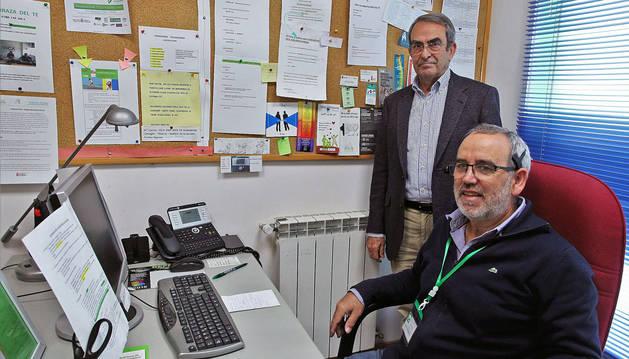 El presidente, Fernando García, con uno de los voluntarios que atienden el teléfono en la sede de la asociación, ubicada en la Rochapea.