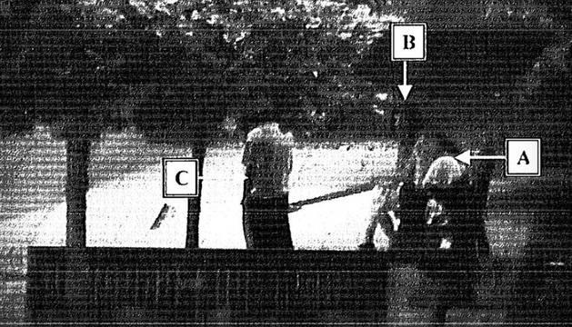 En la foto, la imagen que recogió una cámara de la denunciante y la pareja que la encontró en un banco.