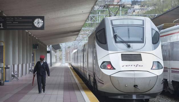 Un tren de Renfe en la estación de Cantabria
