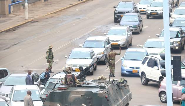 Militares controlan el tráfico y las calles de la ciudad.