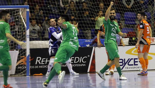 Los jugadores de Osasuna Magna Rafa Usín y Eric Martel celebran uno de los goles del enfrentamiento ante el Aspil Vidal.