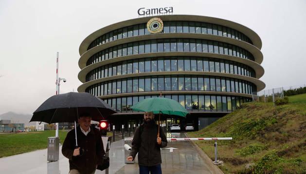 Imagen de trabajadores saliendo de las oficinas de Gamesa en Sarriguren.