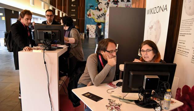 Imagen de Margarita y Ester explicando a tres artistas cómo hacerse visible en la Wikipedia.