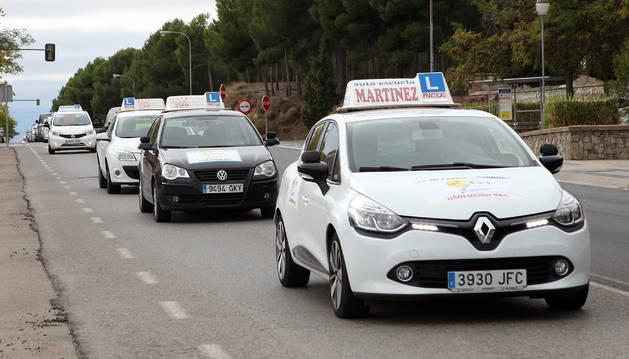 Vehículos de autoescuelas navarras en una protesta por las vías de Tudela.