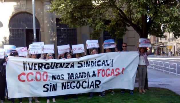 Protesta de los los trabajadores de Forem y Anafe frente a la sede de CC OO en Pamplona.