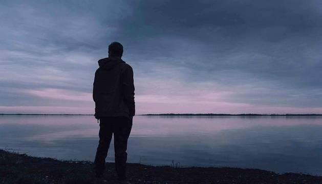 Foto de un hombre mirando al horizonte