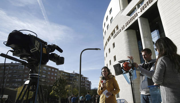Una periodista junto al Palacio de Justicia de Navarra.