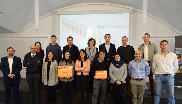 En el centro de la imagen, María Sanz de Galdeano, coordinadora de proyectos de CEIN, con los ganadores, el resto de proyectos finalistas y miembros del jurado.