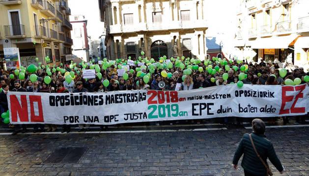 Imagen de los participantes en la concentración, que portaron globos verdes con mensajes para reclamar la convocatoria de la OPE en 2019.