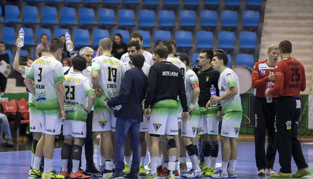 Los jugadores de Helvetia Anaitasuna hacen piña durante un partido en la Catedral
