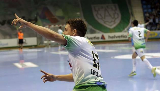 Chocarro celebra un gol durante un partido anterior en el pabellón Anaitasuna