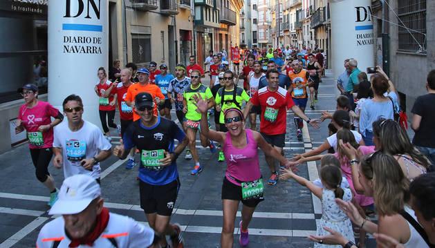 Imagen de un grupo de participantes de la edición del pasado año, recorriendo la calle Nueva y saludando a algunos jóvenes espectadores.