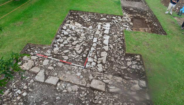 Detalle de los muros descubiertos en la última prospección arqueológica en San Miguel de Aralar.