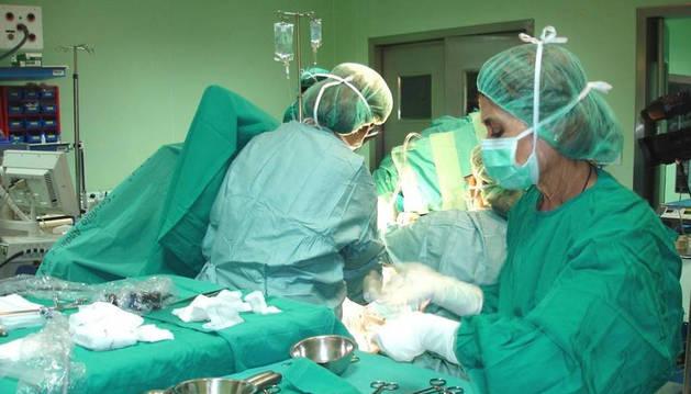 Imagen de una enfermera trabajando en un quirófano.