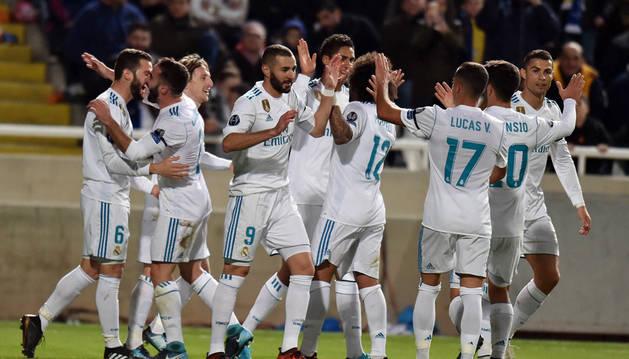 Los jugadores del Real Madrid celebran uno de los goles de Karim Benzema